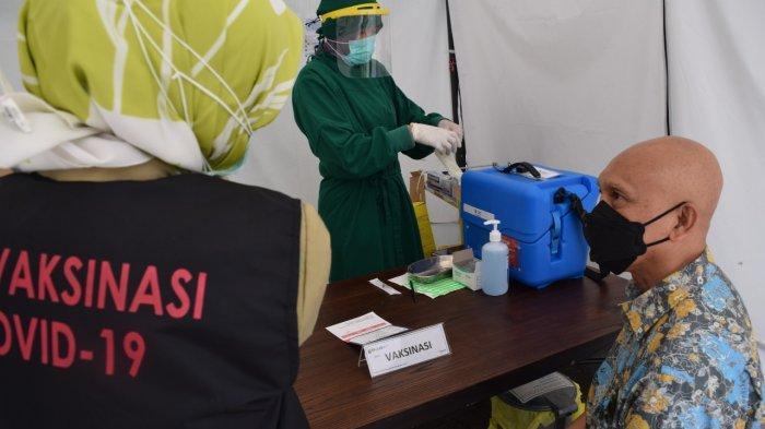 Tenaga Kesehatan Lansia Antusias Jalani Vaksinasi Covid-19 di Puskesmas Kecamatan Kramat Jati