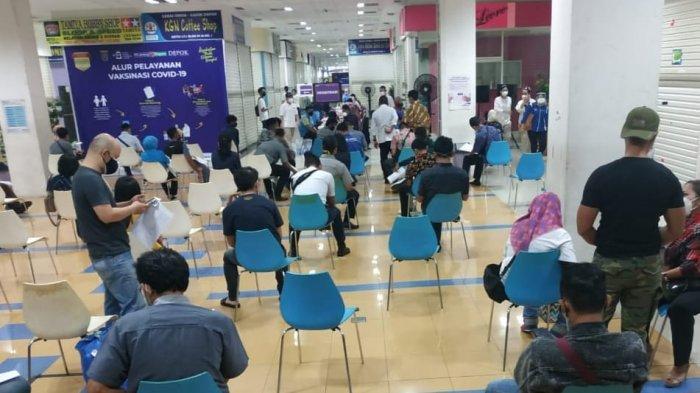 Vaksinasi untuk pegawai di pusat perbelanjaan Depok Town Square, Beji, Selasa (23/3/2021)