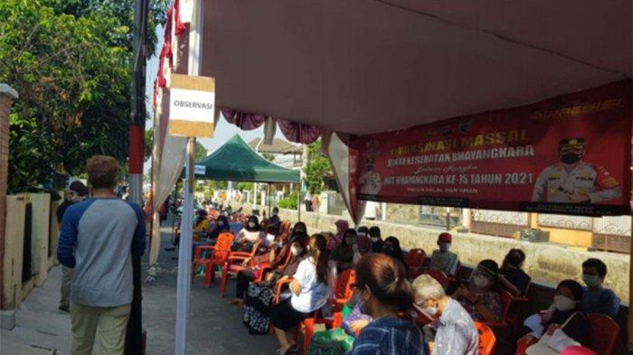 Warga Taman Duta, Kelurahan Cisalak, Kecamatan Sukmajaya, Kota Depok, antusias mengikuti vaksinasi Covid-19 tahap I, Senin (26/7/2021).