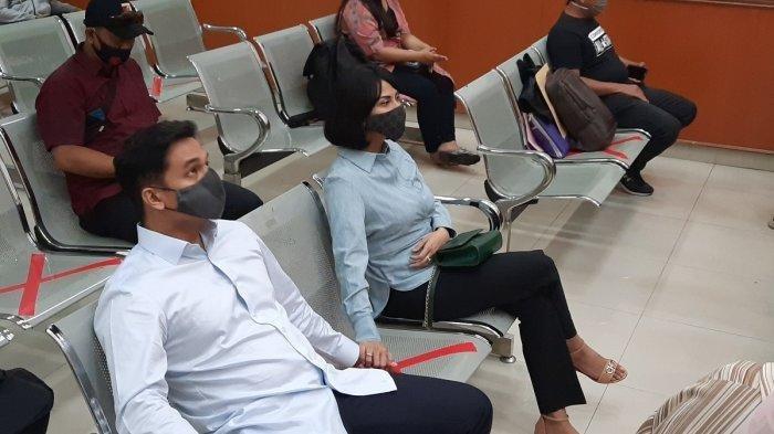 Dampingi Vanessa Angel Sidang, Sang Suami Ratapi Bayinya: Kasian Kamu Lahir di Keluarga Kayak Gini
