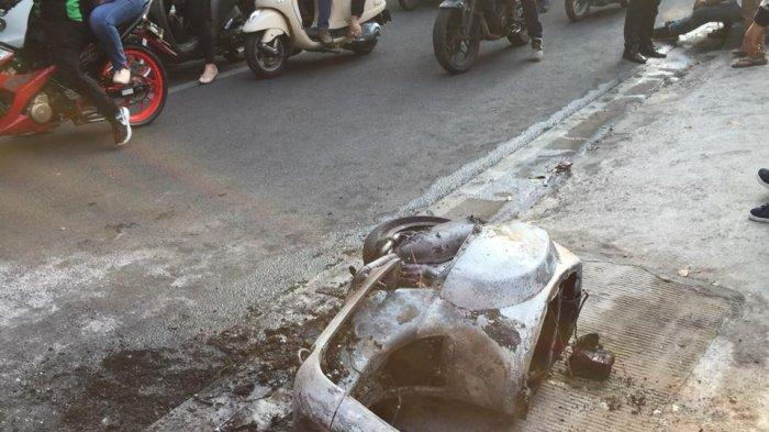 Berawal dari Percikan Api, Vespa Matic Hangus Terbakar di Jalan TB Simatupang