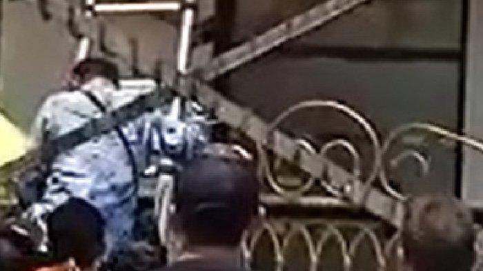 Viral Video Teknisi Tersetrum di Atap Bilik ATM, Korban Jatuh Terpental, Polisi Masih Selidiki