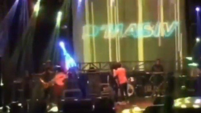 Viral Video Rian Dmasiv Terlihat Cekcok & Didorong saat Manggung, Sang Bassist Tinggalkan Panggung
