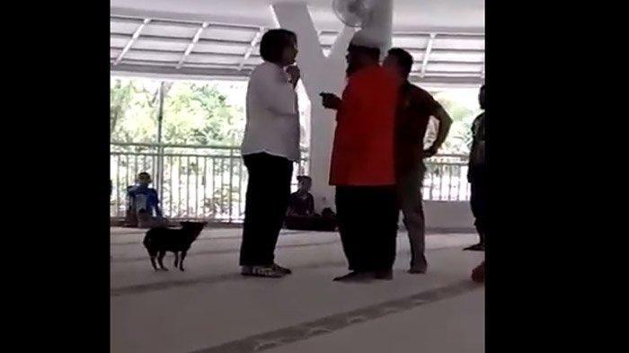 Sambil Berteriak, Wanita Ini Membawa Anjing ke Dalam Masjid di Sentul Bogor, Videonya Viral!