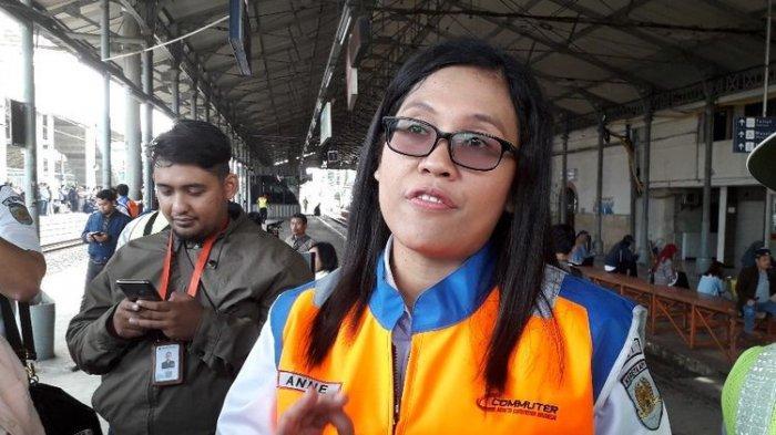 VP Corporate Communications PT Kereta Commuter Indonesia Anne Purba di Stasiun Jatinegara, Jumat (12/4/2019).