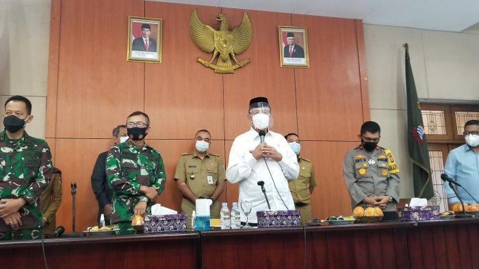Gubernur Banten, Wahidin Halim bersama kepala daerah Tangerang Raya saat mengadakan rapat soal distribusi vaksin Covid-19 di Pendopo Bupati Tangerang, Senin (11/1/2021).