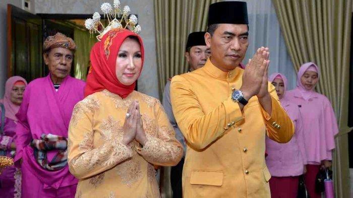 Kapolda Gorontalo Brigjen Pol Wahyu Widada bersama istri pada upacara adat Moloopu di rumah jabatan Kapolda Gorontalo.