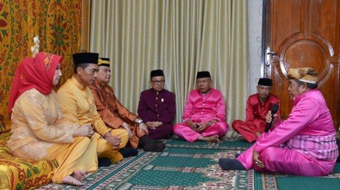 Tokoh adat Gorontalo (kanan), menyampaikan petuah adat kepada Kapolda Gorontalo Brigjen Pol Wahyu Widada, pada upacara adat Moloopu di rumah jabatan Kapolda Gorontalo di tahun 2019.