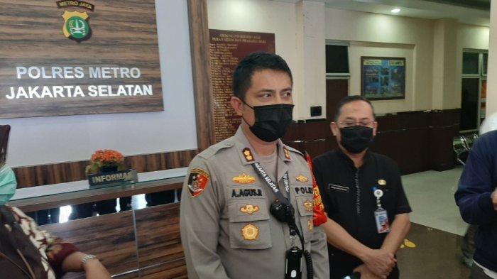 Wakapolres Metro Jakarta Selatan AKBP Antonius Agus Rahmanto (kiri) didampingi Kasudin Pendidikan 1 Jakarta Selatan Joko Sugiarto, Jumat (16/10/2020).