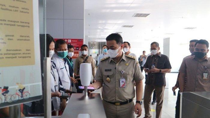 Wakil Gubernur DKI Jakarta Ahmad Riza Patria melakukan uji coba terbatas kartu transportasi dan aplikasi JakLingko, Selasa (31/8/2021)