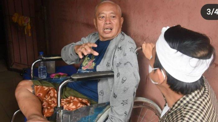 Wakil Ketua Komisi IV DPR RI Dedi Mulyadi saat menemui guru SPM-nya yang sakit stroke.