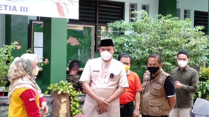 Wakil Wali Kota Bekasi Tri Adhianto saat meninjau sentra vaksinasi di SDN 3 Jakasetia, Bekasi Selatan, Jumat (27/8/2021).