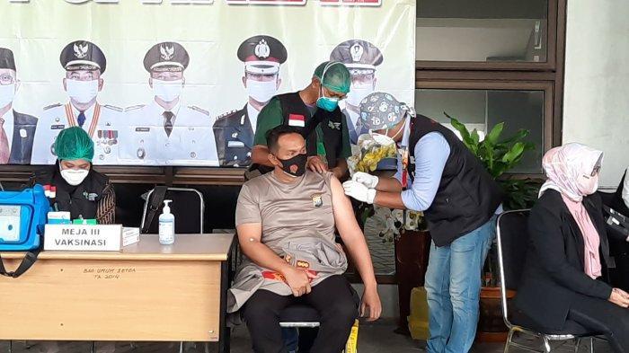 Wali Kota Bekasi bersama unsur Forkopimda Kota Bekasi disuntik vaksin pertama di Stadion Patriot Candrabhaga Bekasi, Jumat (15/1/2021)
