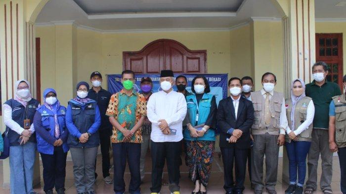 Wali Kota Bekasi Rahmat Effendi memantau pelaksanaan vaksinasi massal serentak 272.000 dosis Pfizer di sejumlah titik di Kota Bekasi, Jumat (10/9/2021).