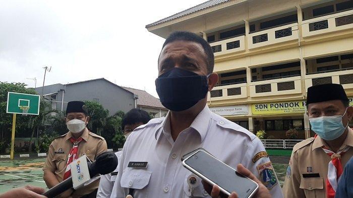 Wali Kota Jakarta Timur M Anwar saat meninjau belajar tatap muka hari pertama di SDN Pondok Kelapa 05, Duren Sawit, Jakarta Timur, Rabu (7/4/2021).