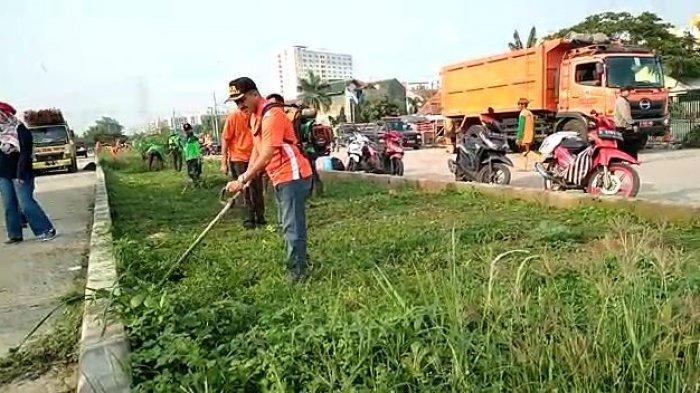 Ikut Aksi Gerebek Sampah, Wali Kota Jakarta Timur Nampak Lihai Potong Rumput