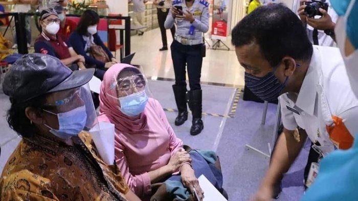 Lansia kategori umum yang mengikuti vaksinasi Covid-19 di Mall Cibubur Junction, Ciracas, Jakarta Timur Rabu (24/3/2021).