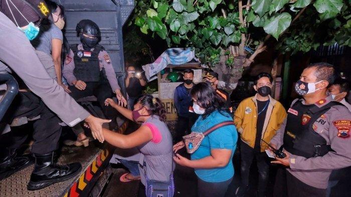 Aksi Gibran Berjaket Tebal Tembus Hujan Ikut Razia PSK di Solo, Sempat Tanya Ini ke Polisi