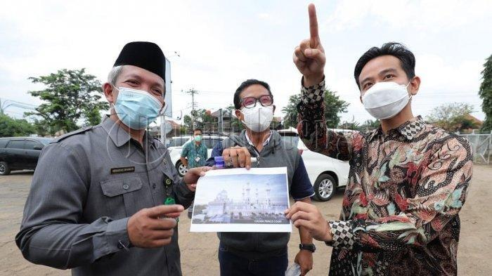 Wali Kota Solo, Gibran Rakabuming Raka ketika meninjau lahan bekas depo Pertamina di Gilingan, Banjarsari yang akan dibangun Masjid Agung Solo, Rabu (3/3/2021).