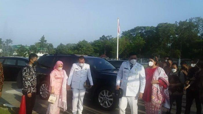 Wali Kota dan Wakil Wali Kota Medan Terpilih, Bobby Afif Nasution-Aulia Rachman beserta istri saat tiba di lokasi tempat pelantikan, Jumat (26/2/2021).