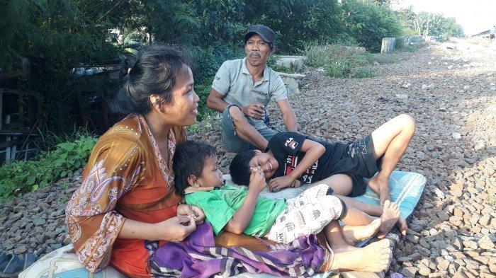 Potret kehidupan keluarga Waluyo di pinggiran rel kereta api Manggarai di Jakarta pada Jumat (12/3/2021).