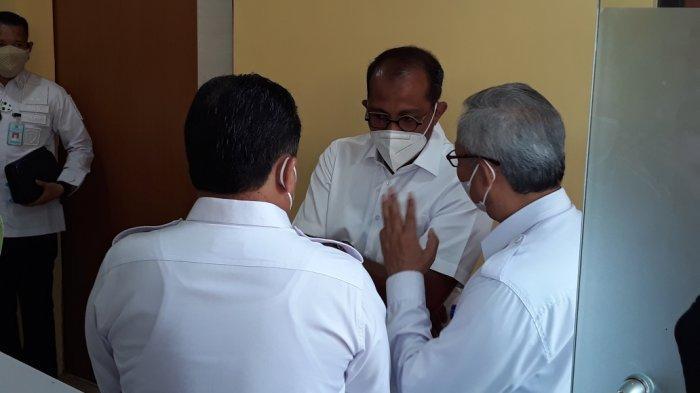 Wamenkumham Eddy Hiraej (baju putih tengah) saat mendatangi Instalasi Forensik Rumah Sakit (RS) Polri Kramat Jati, Jakarta Timur, Rabu (15/9/2021).