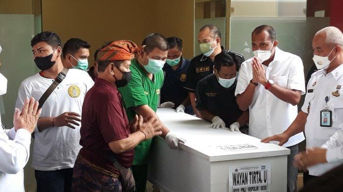 Wakil Menteri Hukum dan HAM Edward Omar Sharif Hiariej atau Eddy Hiariej (kedua dari kanan) menyerahkan jenazah narapidana korban tewas kebakaran Lapas Kelas 1 Tangerang kepada pihak keluarga di RS Polri Kramat Jati, Jakarta Timur, Rabu (15/9/2021).