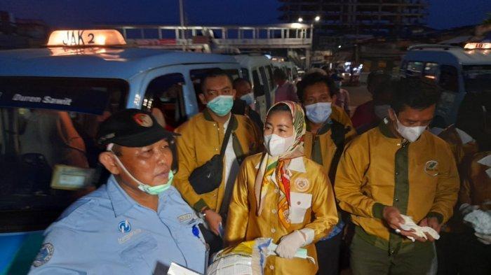Wanita Emas Bikin Heboh di Terminal Kampung Melayu, Bagikan Sembako dan Uang Tunai ke Sopir Angkot