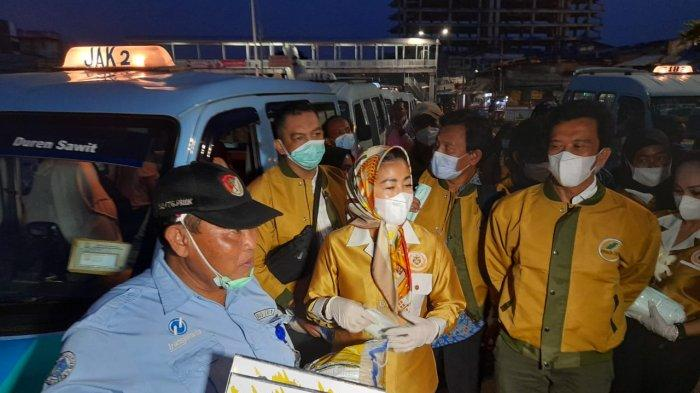 Wanita Emas, Hasnaeni bagikan sembako kepada masyarakat di Terminal Kampung Melayu, Jatinegara, Jakarta Timur, Senin (10/5/2021)