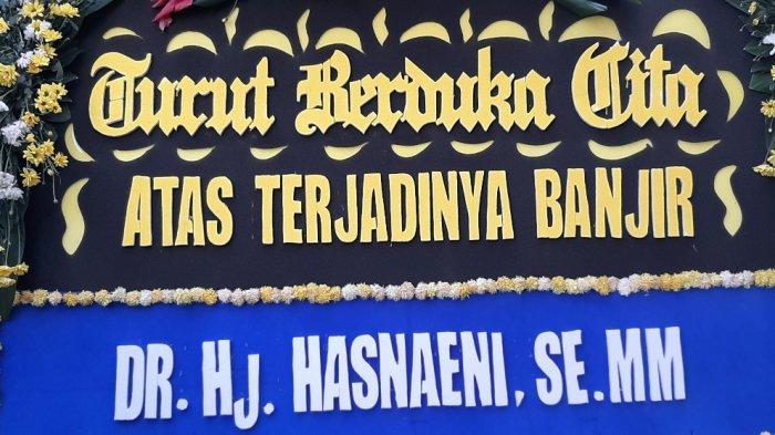 Karangan bunga yang diberikan Hasnaeni si Wanita Emas kepada Gubernur DKI Jakarta Anies Baswedan, di dekat halaman Balai Kota DKI Jakarta, pada Minggu (21/2/2021) sore. (TRIBUNJAKARTA.COM/MUHAMMAD RIZKI HIDAYAT)