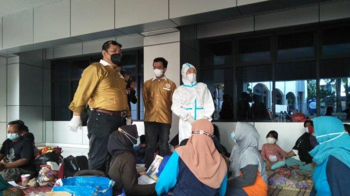Pakai APD Bagi-bagi Duit Korban Banjir Cipinang Melayu, Aksi Hasnaeni Moein Wanita Emas Dibubarkan - wanita-emas-pakai-apd-1.jpg