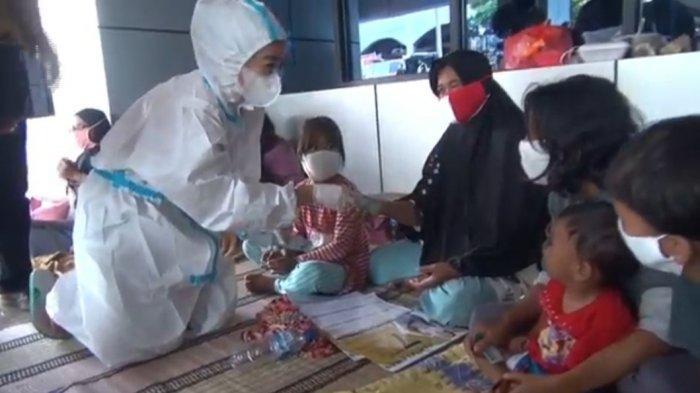 Pakai APD Bagi-bagi Duit Korban Banjir Cipinang Melayu, Aksi Hasnaeni Moein Wanita Emas Dibubarkan - wanita-emas-pakai-apd-3.jpg