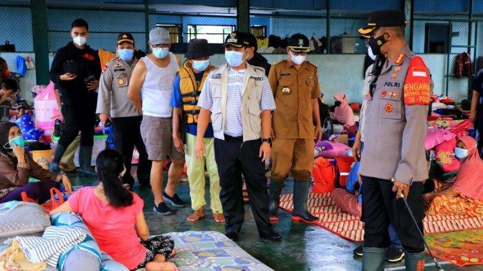 Pakai APD Bagi-bagi Duit Korban Banjir Cipinang Melayu, Aksi Hasnaeni Moein Wanita Emas Dibubarkan - wanita-emas-pakai-apd-5.jpg