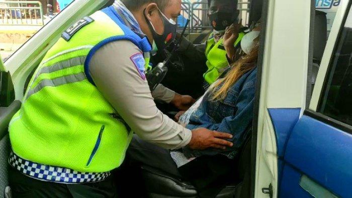 Polisi Tolong Wanita Hamil 8 Bulan dalam Kondisi Pingsan di Pinggir Jalan Wahid Hasyim Gambir