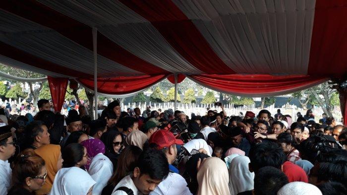 Usai Pemakaman, Ratusan Warga Berkerumun di Makam BJ Habibie
