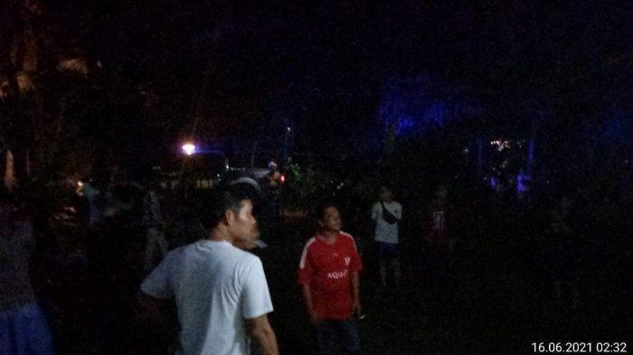 Warga berkumpul saat penggerebekan pasangan selingkuh di sebuah rumah di Kecamatan Padaherang, Kabupaten Pangandaran, Jawa Barat. Seorang istri beranak tiga selingkuh dengan pria berusia 35 tahun.