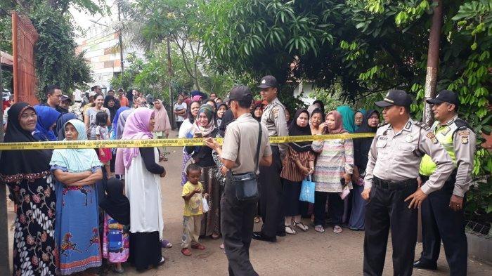 Ingin Lihat Rekonstruksi, Warga Mulai Padati TKP Pembunuhan Satu Keluarga di Bekasi