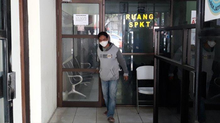 Warga yang datang membuat laporan ke Sentra Pelayanan Kepolisian Terpadu (SPKT) Polsek Jatinegara, Jakarta Timur, Jumat (30/7/2021).