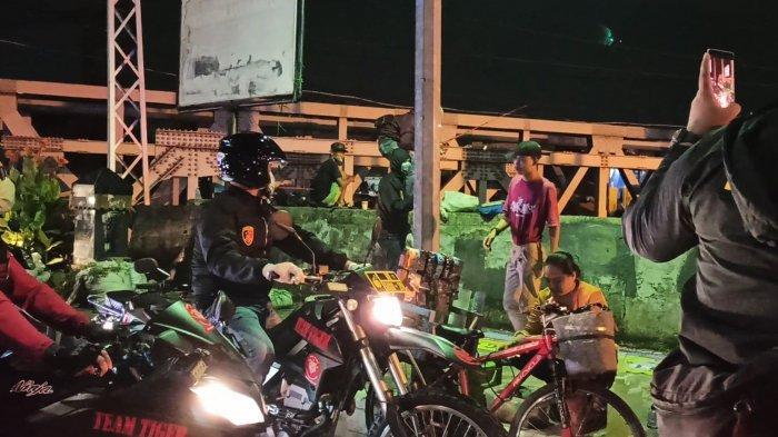 Waspada Penyebaran Corona, Personel Polres Metro Jakarta Utara Bubarkan Kerumunan Warga