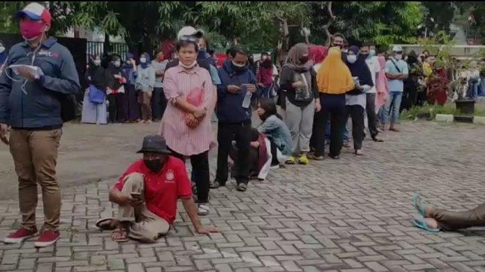 Warga Rela Antre Berjam-jam Ikuti Vaksin Covid-19 di GOR Rawamangun Jakarta Timur