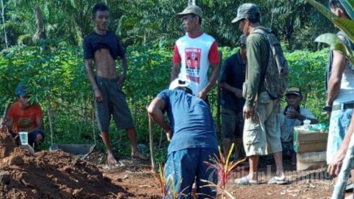 Warga Kampung Sendang Rejo, Lampung Tengah, mempersiapkan pemakaman KPW (25) pelaku pemenggal leher ayah kandung, Senin (12/4/2021). Jenazah anak penggal leher ayah kandung di Lampung Tengah akan dimakamkan berdekatan dengan makam sang ayah yang tewas di tangannya.