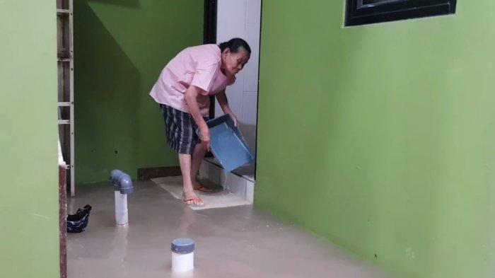 Warga Kebon Pala yang rumahnya dibedah dengan konsep rumah panggung di Jatinegara, Jakarta Timur, Senin (17/5/2021)