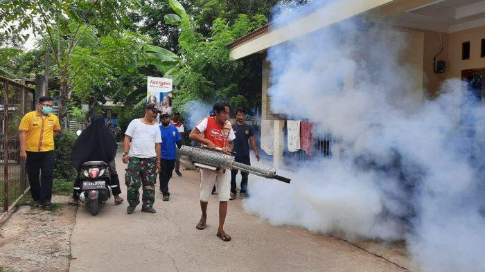 Antisipasi DBD, Warga Kampung Pulo Desa Sumber Jaya Bekasi Lakukan Fogging