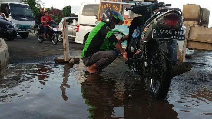 Air Yang Mengucur Dari Aspal Di Kelapa Gading Dipakai Warga Cuci Muka Hingga Cuci Motor Tribun Jakarta