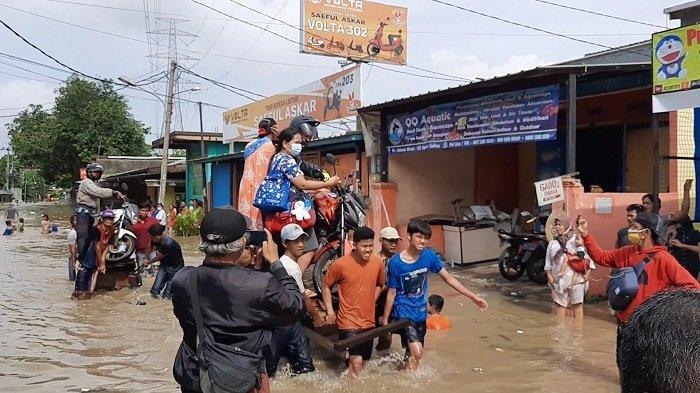 Bermodal Gerobak Seadanya, Rudi Terjang Banjir di Tambun Utara untuk Bantu Warga Melintas