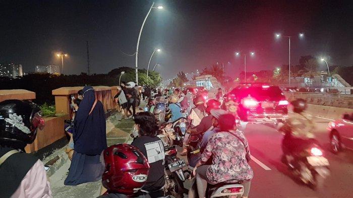 Warga Padati Flyover Jatinegara Saksikan Gerhana Bulan Total