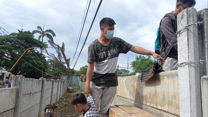 Potret warga Jalan Akasia Nomor 1 RT 04/03, Tajur, Kecamatan Ciledug, Kota Tangerang harus memanjat tembok beton setinggi dua meter untuk keluar masuk rumahnya di kawasan Tajur, Kota Tangerang, Senin (15/3/2021).
