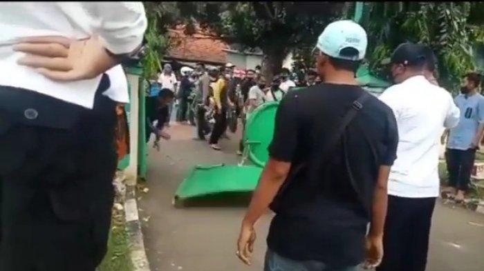Sekelompok warga saat merusak pagar TPU Utan Kayu karena menolak larangan ziarah Idulfitri 1442 Hijriah di Pulogadung, Jakarta Timur, Jumat (14/5/2021)