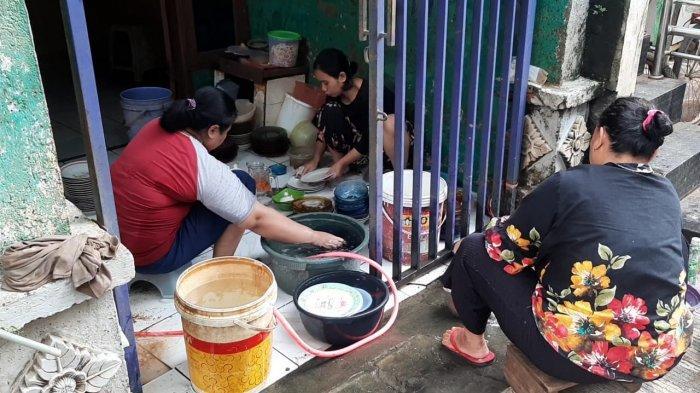 Banjir Surut, Warga Cipinang Melayu Kerja Bakti Bersihkan Lumpur