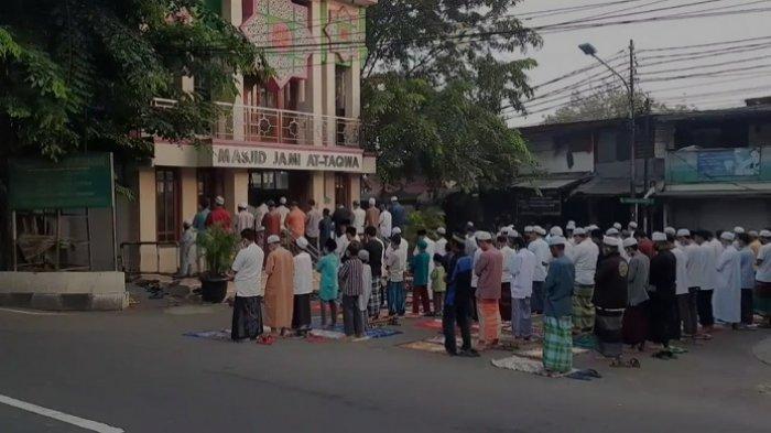 Sejumlah Warga Melaksanakan Salat Iduladha di Masjid Jami At Taqwa Duren Sawit